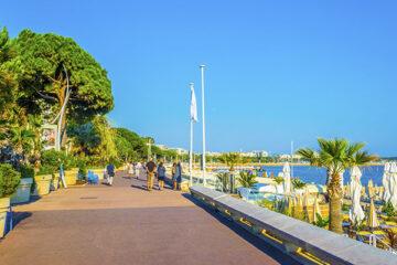 Personen spazieren über den Boulevard de la Croisette in Cannes