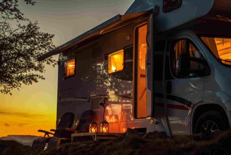 Wohnmobil während des Sonnenuntergangs