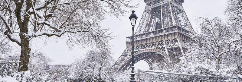Der Eiffelturm bei Schnee