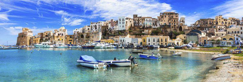 Boote an einem Stand in Italien