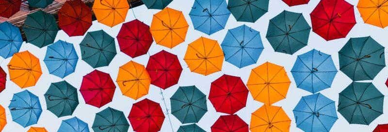 Hängende Regenschirme in Stockholm