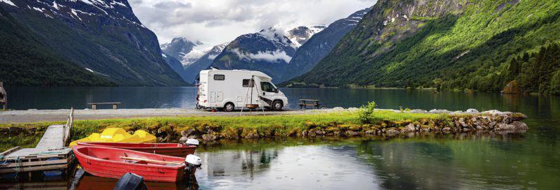 wohnmobil-auf-landzunge-im-fjord