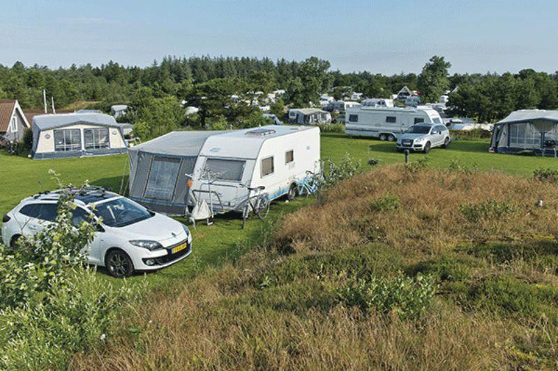 Familien Camping Nymindegab Wohnwagen und Wohnmobile auf dem Stellplatz vom Campingplatz auf grüner Wiese