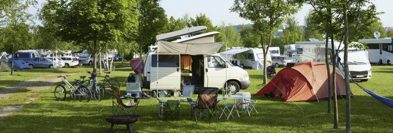 Campingvan-auf-einem-Campingplatz