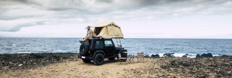 Camper mit Jeep