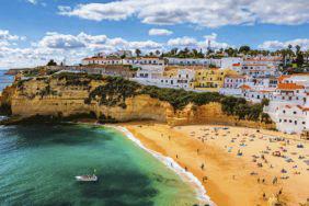 Überwintern an der Algarve: Warme Temperaturen & spektakuläre Wellen
