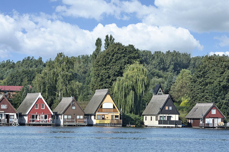 Kleine Häuser auf einem See an der Mecklenburgischen Seenplatte