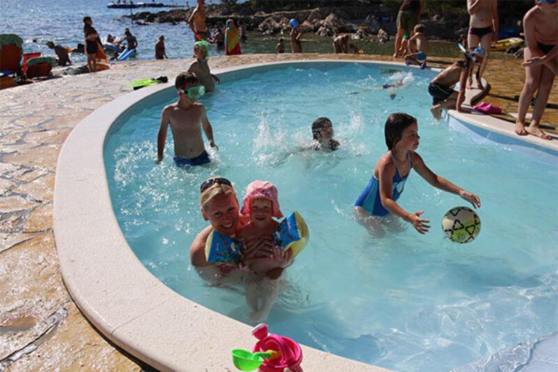 planschende Kinder im Pool