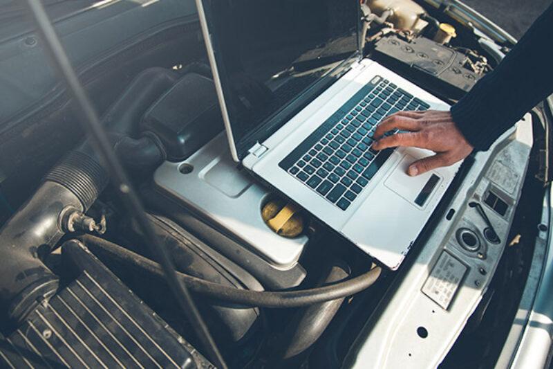 Laptop auf einem Motor zur Überprüfung