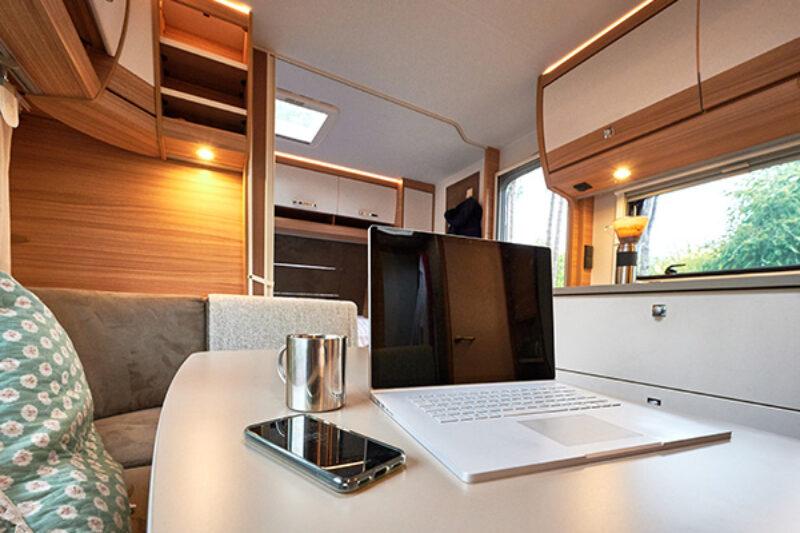 Laptop und Handy im Camper