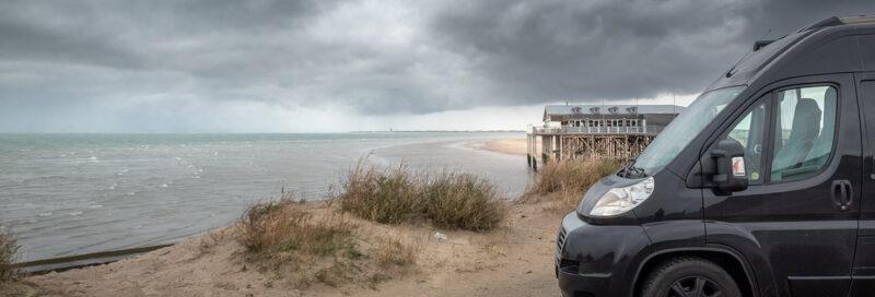 Schwarzer Ducato steht am Strand