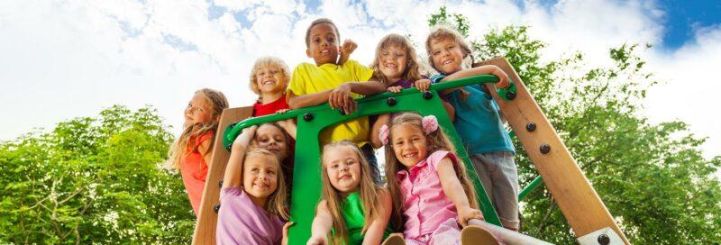 Kinder spielen auf einem Klettergerüst