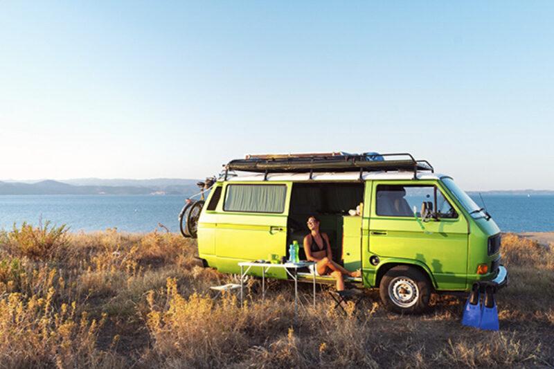 Campingbus auf einer Düne