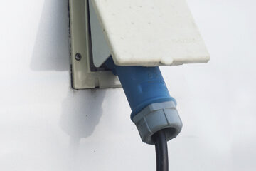 CEE-Stecker an einem Campingfahrzeug angeschlossen