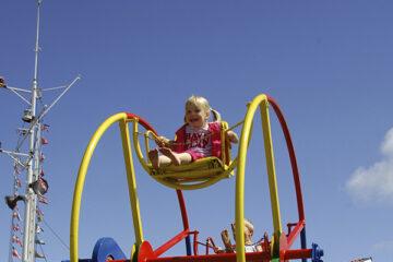 Kind in Spielrad auf dem Campingplatz