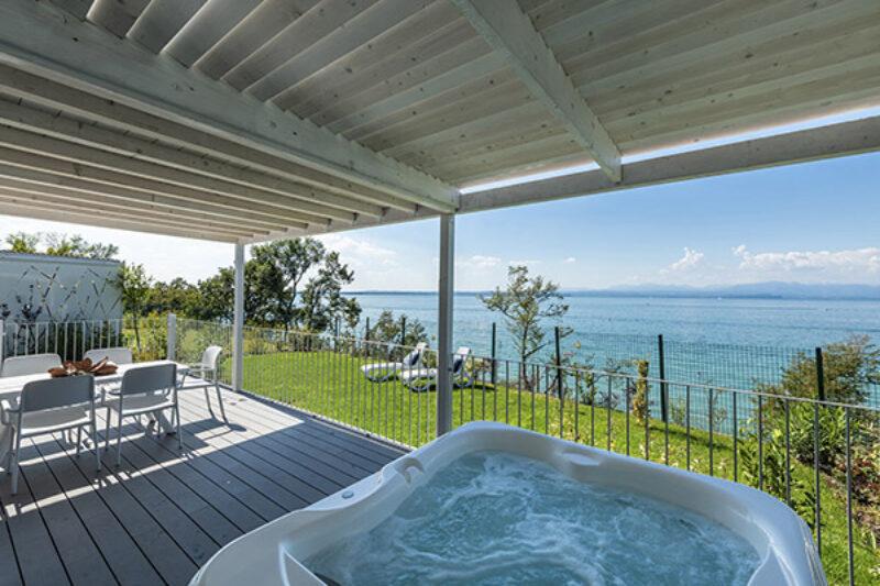 Terrasse eines Mobilhomes des Campingplatzes mit Whirpool und Blick auf das Meer