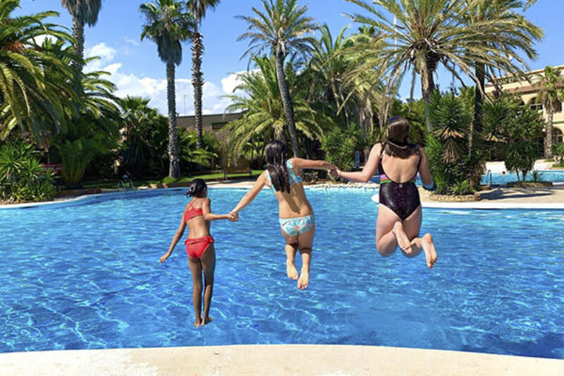 Kinder Springen in den Pool des Campingplatzes