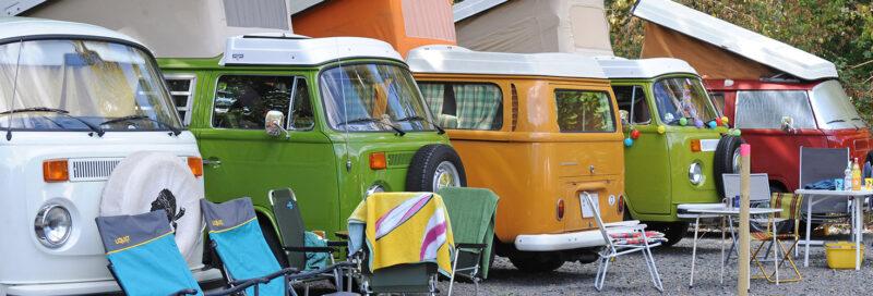 Historische Campingbusse bei Campingbusstreffen