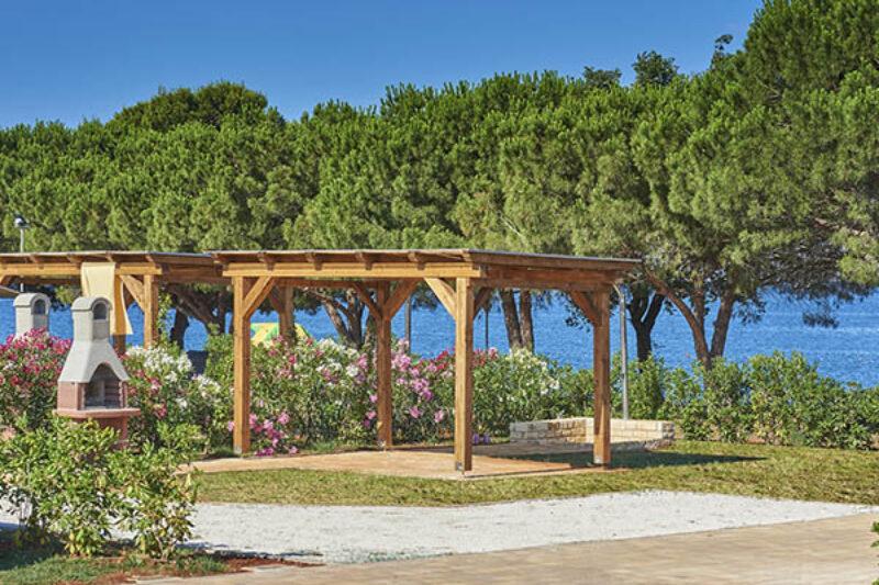 Park mit Grünflächen und Sonnenschutz