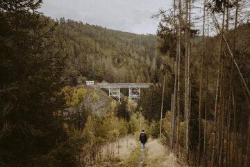 Person wandert im Herbst in den Wäldern des Naturpark Thüringer Schiefergebirge/Obere Saale