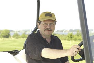 Volker Riechey in einem Golfkart