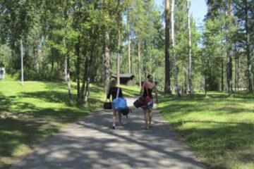 Personen laufen über den Campingplatz