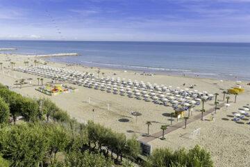 Der Campingplatz liegt direkt am Strand mit Liegestühlen und Sonnenschirmen