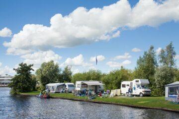 Wohnmobile am Wasser bei Camping It Wird
