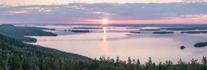 Panoramabild eines Sonnenuntergangs über dem Koli Nationalpark in Finnland