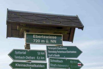 Wegweiser auf dem Fernwanderweg Rennsteig in Thüringen auf der Ebertswiese