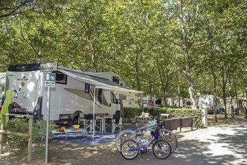 Camping Village Baia Azzura Wohnwagenstellplatz vom Campingplatz im Schatten