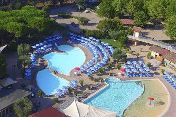 Camping VIllage Baia Azzura Pool mit Liegestühlen aus der Vogelperspektive