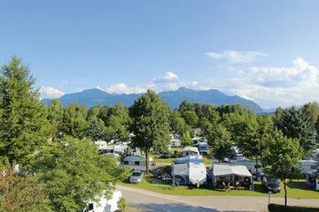 Stellplätze im Schatten unter Bäumen auf Camping Rödlgries