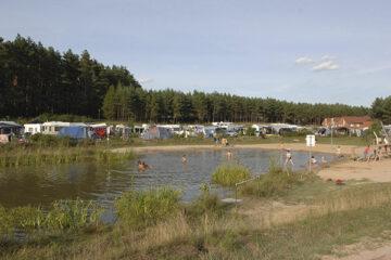 Badeteich auf dem Gelände des Campingparks