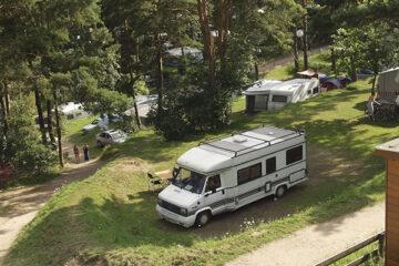 Wohnmobil und Wohnwagenstellplätze im Schatten der Bäume
