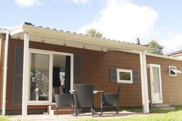 Mobilheim mit Veranda auf dem Gelände des Campingparks