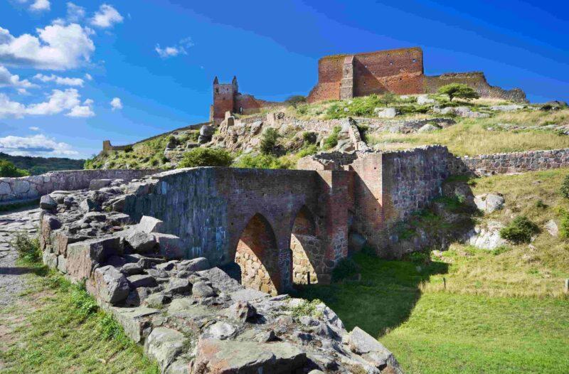 Schloss Hammershus - die größte Burgruine Nordeuropas an steilen Granitfelsen an der Ostseeküste