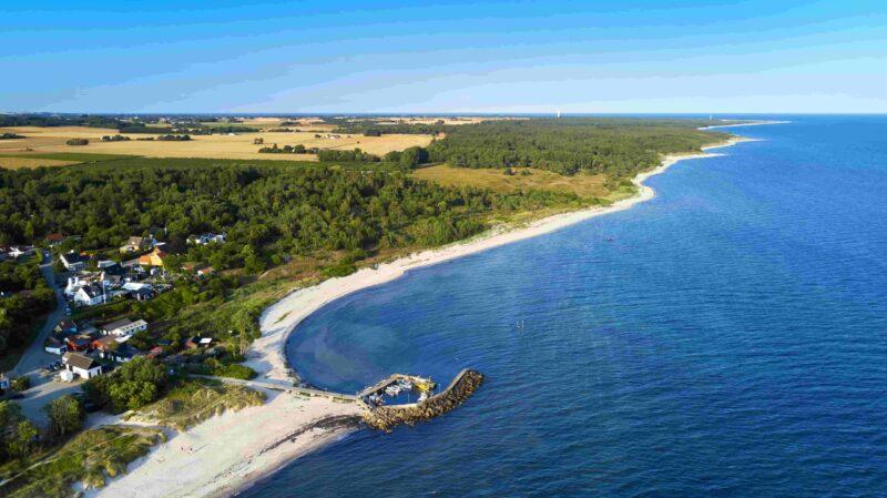 Strand und Küste im Süden der dänischen Ostsee-Insel Bornholm mit kleinem Hafen in der Nähe von Østersømarken im Sommer mit Blick in Richtung Dueodde