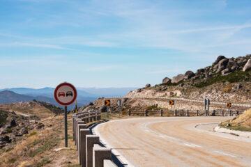 Blick auf die Berge von der Straße im Nationalpark Serra da Estrela, Portuga