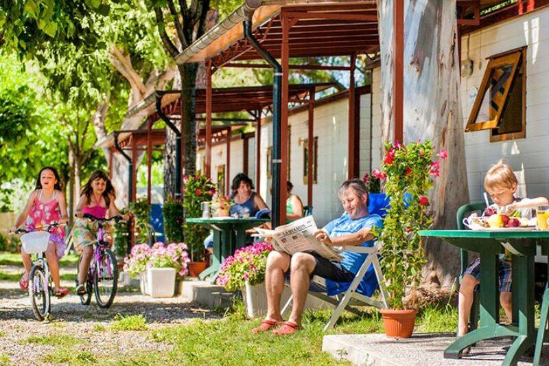 Mobilheim mit Veranda im Grünen auf dem Campingplatz