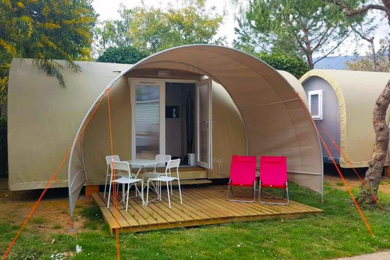 Glamping Zelt mit überdachter Veranda auf dem Campingplatz