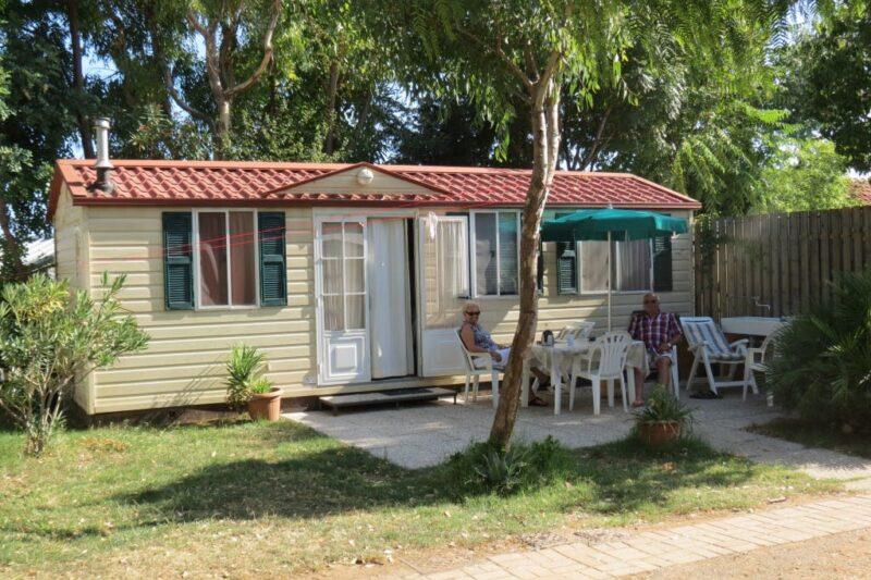 Mobilheim mit Terrasse auf dem Campingplatz