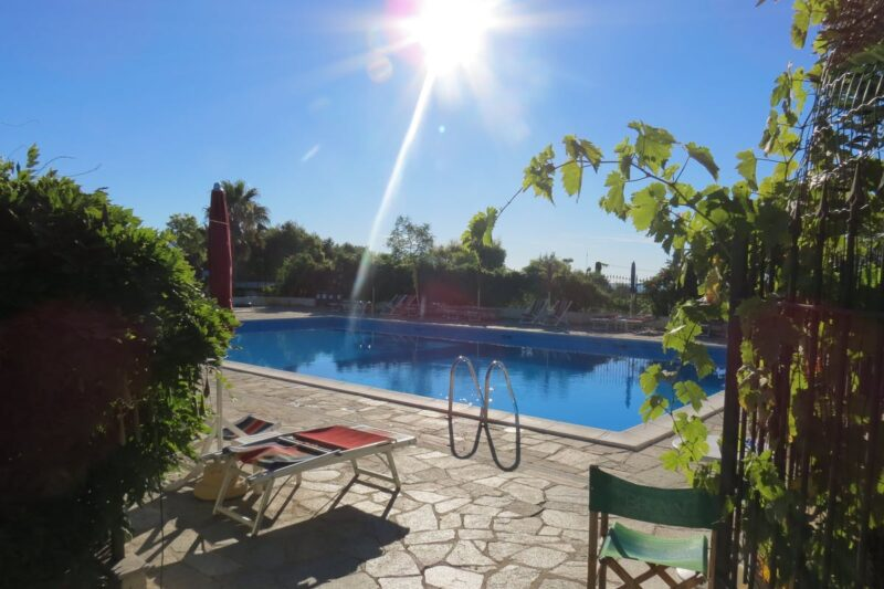 Swimmingpool mit Sonnenliegen am Rand