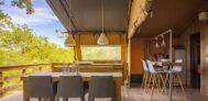 Blick auf die Terrasse vom Safari Zelt mit Esstisch