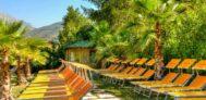 Liegestühle im Grünen im Poolbereich vom Campingplatz