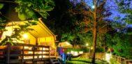 Safari Zelte auf grüner Wiese auf dem Campingplatz