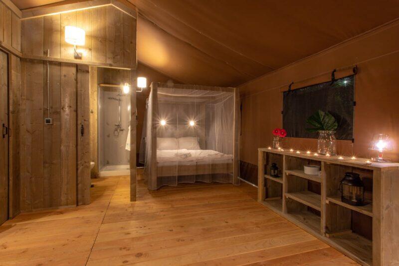 Schlafraum mit Doppelbett im Glamping Zelt auf dem Campingplatz