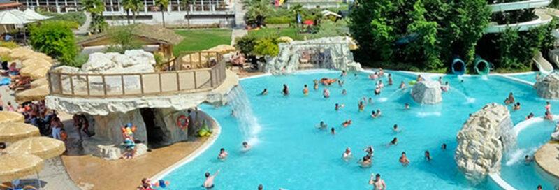 Camping-Piani-di-Clodia---Campingplatzanlage-mit-Pool-und-Liegestuehlen-in-der-Sonne
