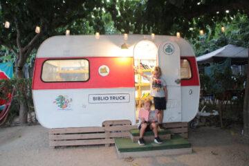 Camping-Playa-Cambrils-Don-Camilo---Bibliothekswagen-auf-dem-Campingplatz
