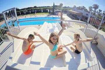 Camping-Playa-Cambrils-Don-Camilo---Kinder-auf-der-Wasserrutsche-im-Poolbereich-vom-Campingplatz